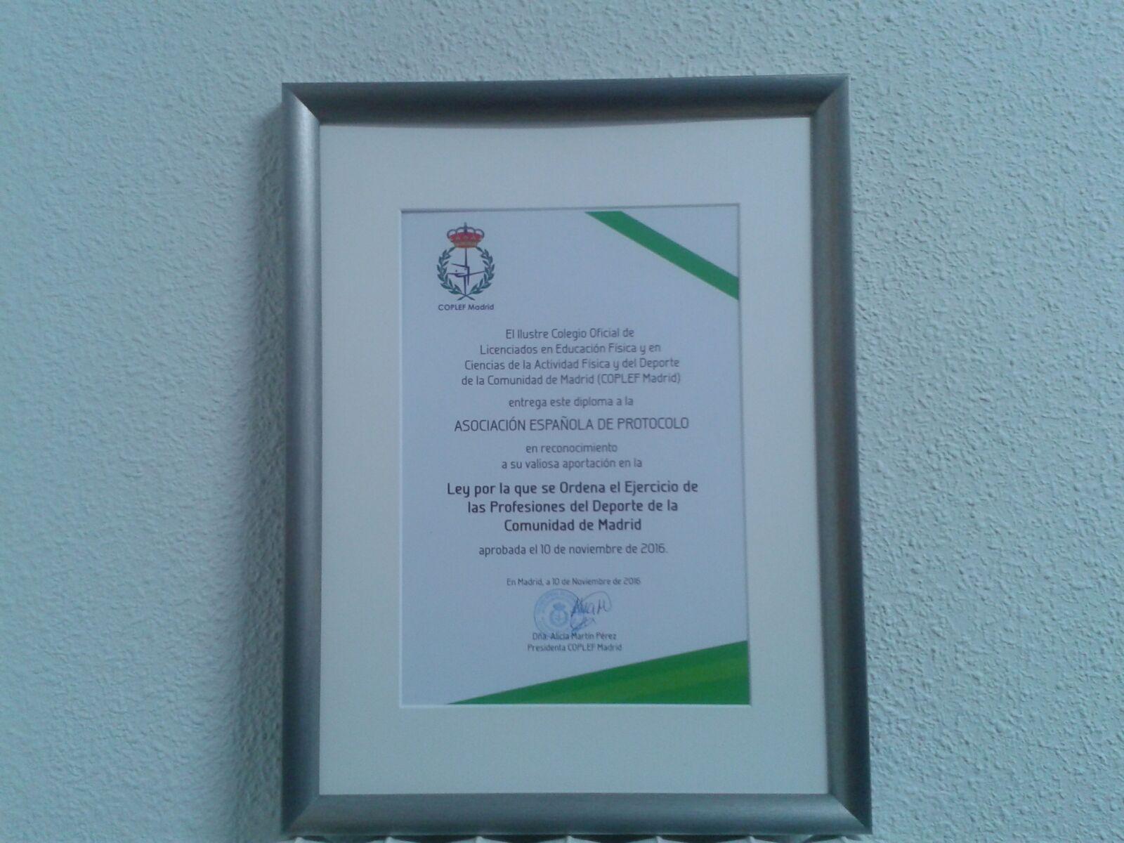 Diploma entregado a la AEP.
