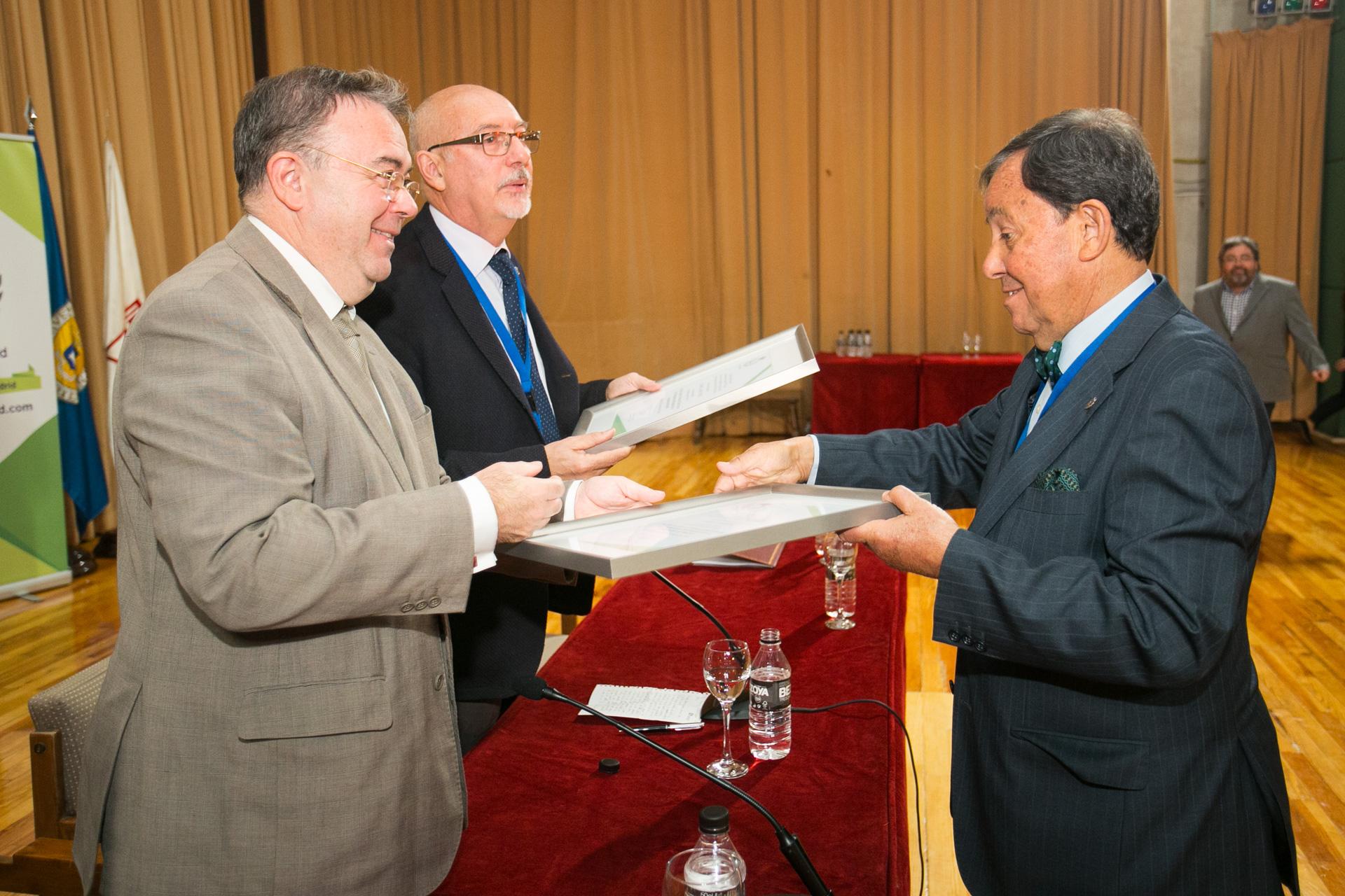 Entrega de diploma a D. Juan Ángel Gato, Presidente AEP.
